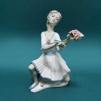 Девушка с цветами. Фарфоровая мануфактура Mediflor