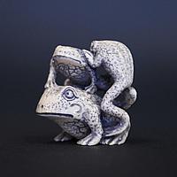 Нэцкэ Изображение двух и трех жаб - обозначает духовное и материальное богатство, вытекающее одно из другого.