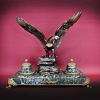 ПИСЬМЕННЫЙ ПРИБОР С ИМПЕРСКИМ ОРЛОМ Монументальный письменный прибор с фигурой Имперского орла.