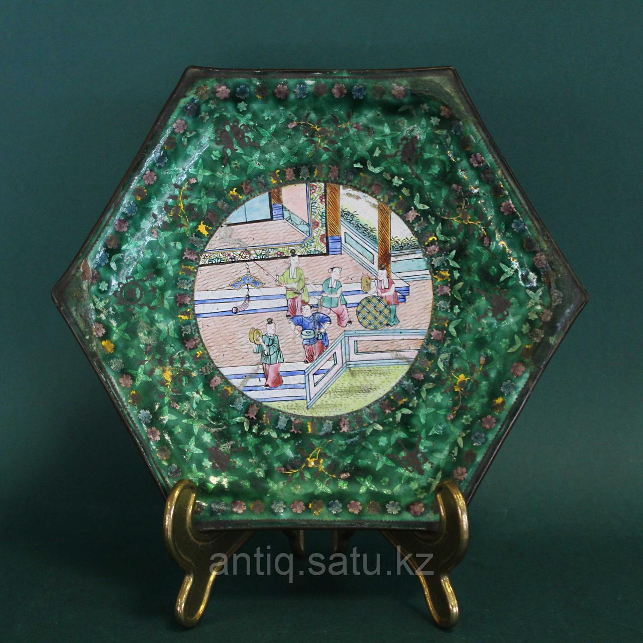 Старинная тарелка в технике пекинской эмали. Китай. ХIХ век. - фото 1