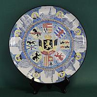 Старинная тарелка с гербами.