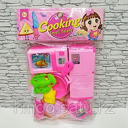 Набор детской посуды и холодильник