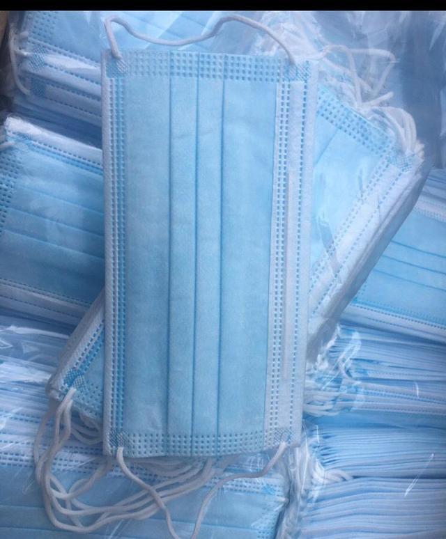 Маска медицинская, 3-х слойная Маски медицинские одноразовые 3х слойные   изготовлены из 3х слойного высококачественного нетканого материала (Спанбонд- Мелтблаун -Спандбонд);  имеют гибкий фиксатор прилегающий к носу;  фиксатор запаян в пластиковую полоску, что предотвращает его кручение и излом;  бактериальная фильтрация 98%;  крепление резинка или завязки;  в упаковке 50 шт.