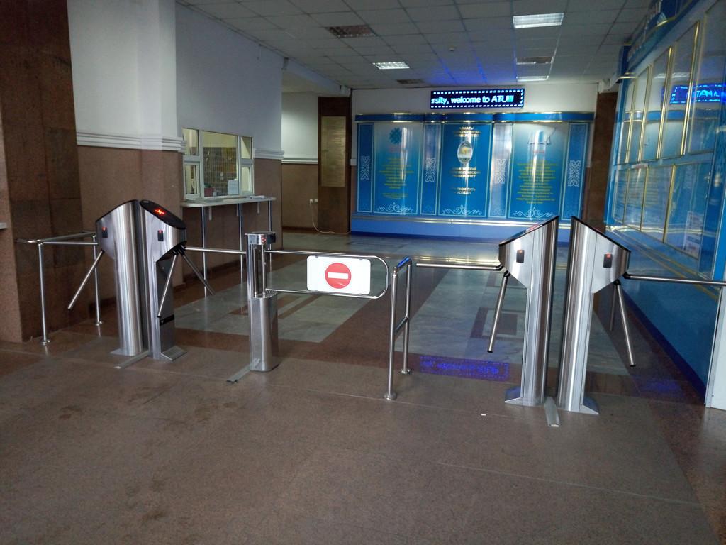 Установка системы контроля доступа и турникетов в АТУ (Алматинский Технологический Университет)