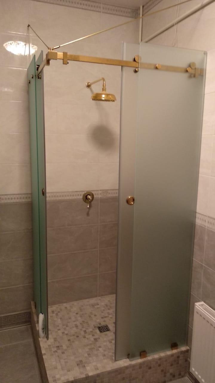 Изготовление стеклянной угловой  душевой на заказ с раздвижными дверьми в разные стороны