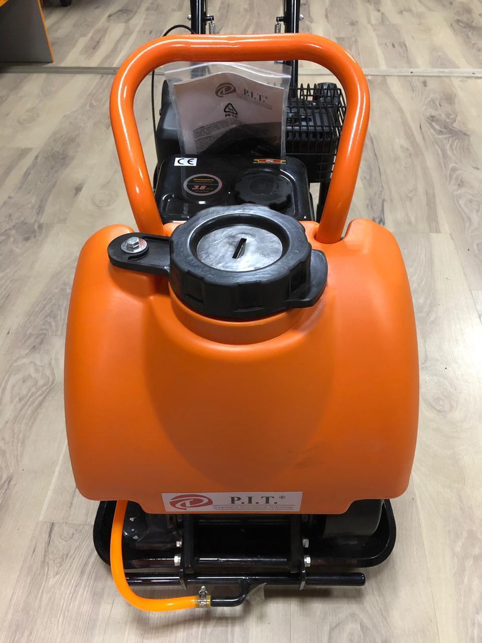 Виброплита PIT 99008 с бензиновым двигателем и бачком