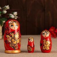 Матрешка ' Душа России',3 кукольная, красный фон, 10 см