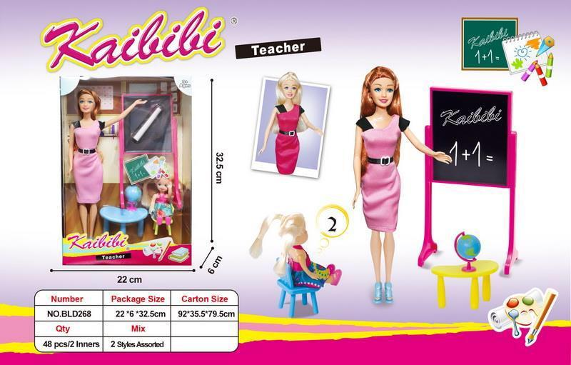 BLD268 Кукла Учительница с ученицей: стол,стул,глобус  32*22см
