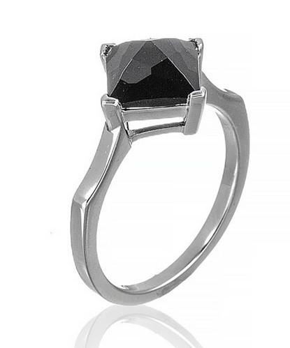 Серебряное кольцо с гранатом в форме ромбика. Вес: 3,2 гр, размер: 18, покрытие родий