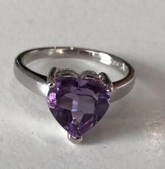 Серебряное кольцо с аметистом в форме сердца. Вес: 2,8 гр, размер:17, покрытие родий