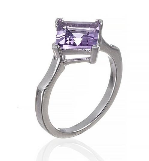 Серебряное кольцо с аметистом в форме ромбика. Вес: 3 гр, размер: 17, покрытие родий
