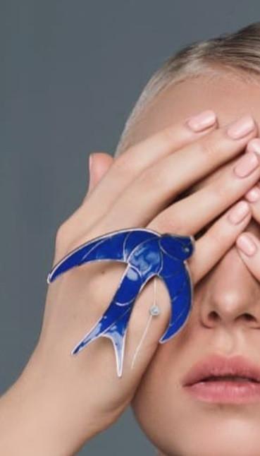 Серебряное кольцо Ласточка. Вставка: синяя эмаль, фианит, размер: 17, вес: 28,4 гр, покрытие родий