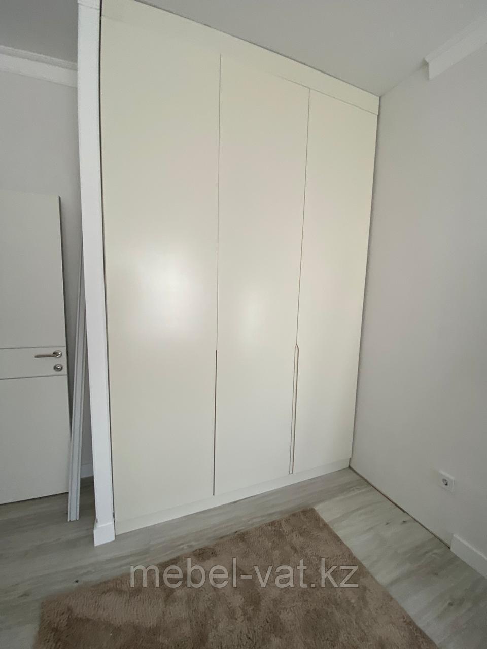 Шкаф, встроенный в нишу. На заказ. Без ручек