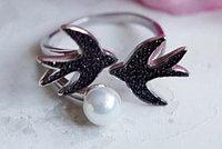 Серебряное кольцо Ласточка. Вставка: жемчуг майорка, фианиты черные, вес: 3,9 гр, размер: 19