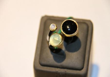 """Серебряное кольцо из коллекции """"Натуральные камни"""". Вставка: белый, черный агат, пренит, вес: 8,8 г,"""