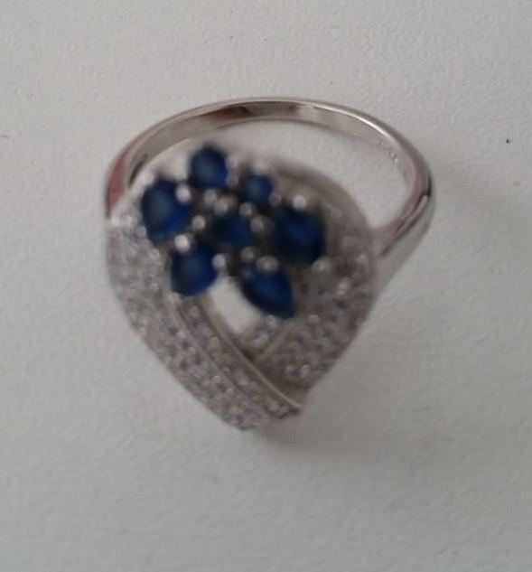 Серебряное кольцо в форме капли. Вставка: белые, синие,фианиты, вес: 4,7, размер: 18,5, покрытие род