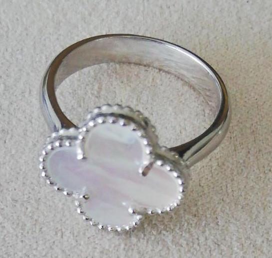 Серебряное кольцо с перламутром. Вес: 4,6 гр, размер: 19, покрытие родий
