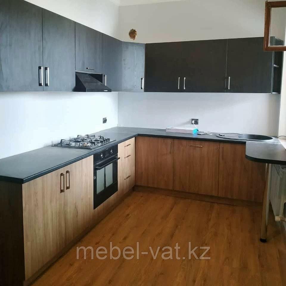 Кухонный гарнитур угловой. 2,5*3. В двух цветах: черный, орех миланский.