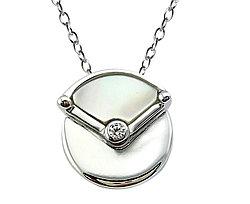 Нежный серебряный кулон. Вставка: перламутр, циркон, вес: 1,8 гр, длина: 1,5 см, покрытие родий