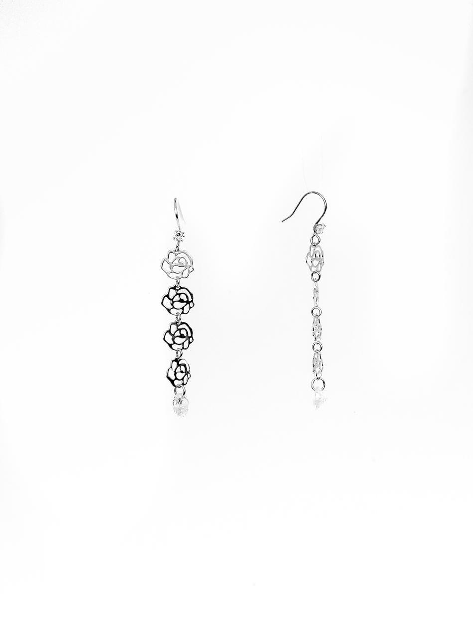 """Длинные серьги """"Розы"""" из серебра. Вставка: белые фианиты, вес: 1,7 гр, длина: 5см, покрытие родий, з"""