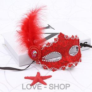 Маскарадная маска с пером.