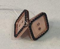 Позолоченные серьги- гвоздики в виде пуговиц (пусеты) . Вставка: черный циркон, вес: 3,3 гр