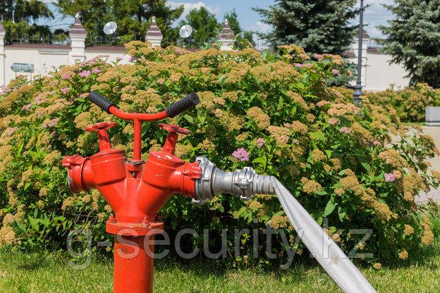 Пожарный гидрант со шлангом