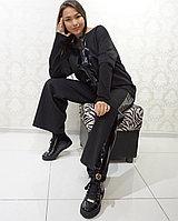 Черный женский брючный костюм с лакированными лампасами