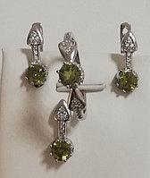 Женский комплект (набор) из серебра с зеленым фианитом. Вставка: белые и зеленые, вес: 8,3 гр, разме
