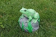 Садовая фигурка из гипса Лягушка на камне 23х23х23 см