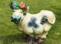 Садовая фигурка из гипса Корова с венком белая 58х60х30 см