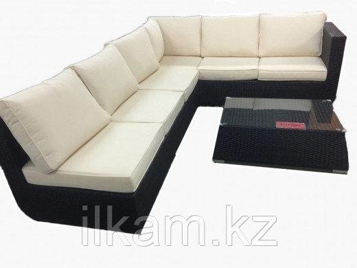 Комплект мебели из ротанга: два дивана + журнальный столик