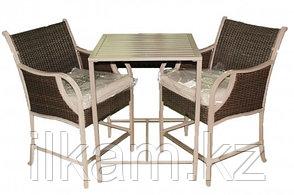 Комплект мебели из ротанга. Стол, два кресла.