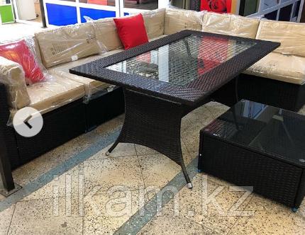 Комплект мебели   из ротанга. Прямоугольный стол со стеклом, угловой диван, пуфик-столик