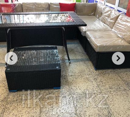 Комплект мебели   из ротанга. Прямоугольный стол со стеклом, угловой диван, пуфик-столик, фото 2
