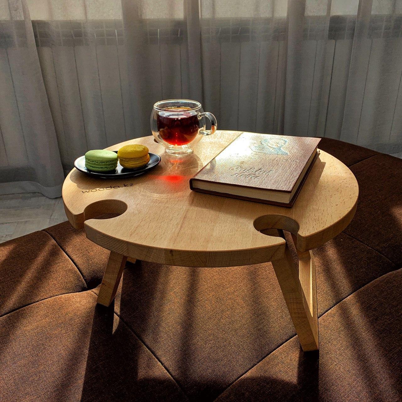Круглый столик для напитков.