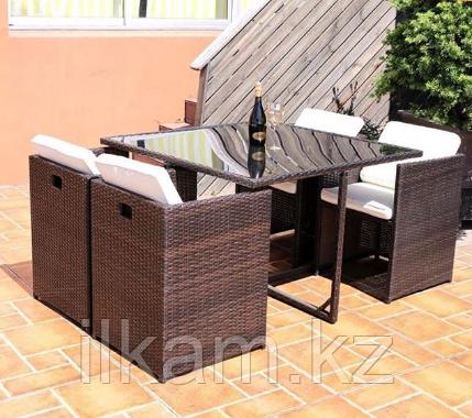Комплект мебели из ротанга. Квадратный стол, четыре квадратных кресла
