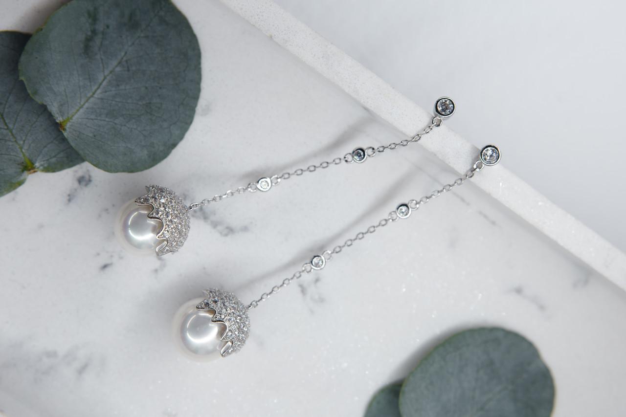 Серебряные длинные серьги на цепочке (гвоздики). Вставка:культивированный жемчуг,фианит, длина:7,5см