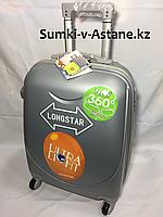 Маленький пластиковый дорожный чемодан на 4-х колесах Longstar.Высота 53 см, ширина 33 см, глубина 22 см.