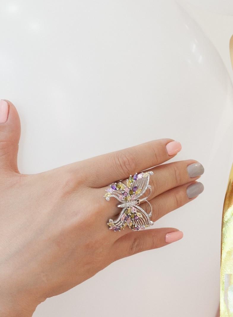 """Серебряное кольцо """"Бабочка"""". Вставка: цветные и белые фианиты, размер: 19, вес: 13 гр, диаметр: 4,5"""