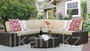Комплект мебели .Угловой диван с квадратным журнальным столиком.