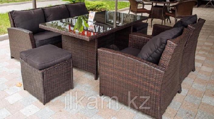 Комплект мебели .Обеденный стол, диван, два кресла и два пуфа.