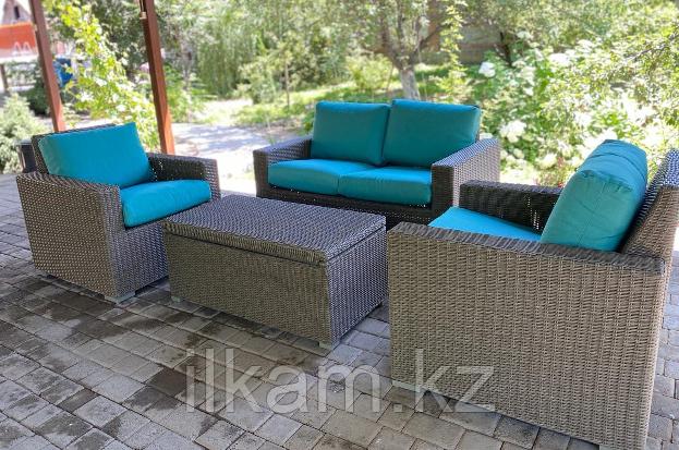 Комплект мебели .Двухместный диван, два кресла и журнальный столик.