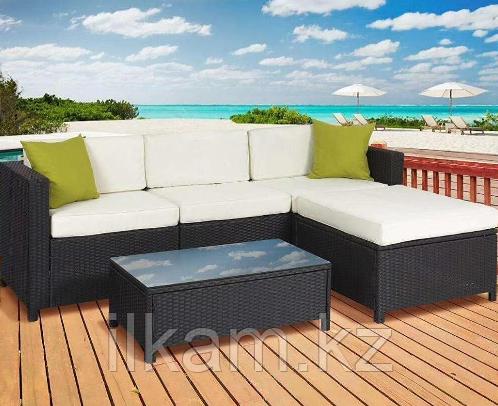 Комплект мебели из ротанга. Трехместный диван, большой пуф и прямоугольный журнальный столик