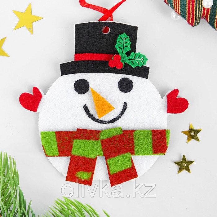 Набор для творчества - создай ёлочное украшение из фетра «Снеговичок в шапочке»