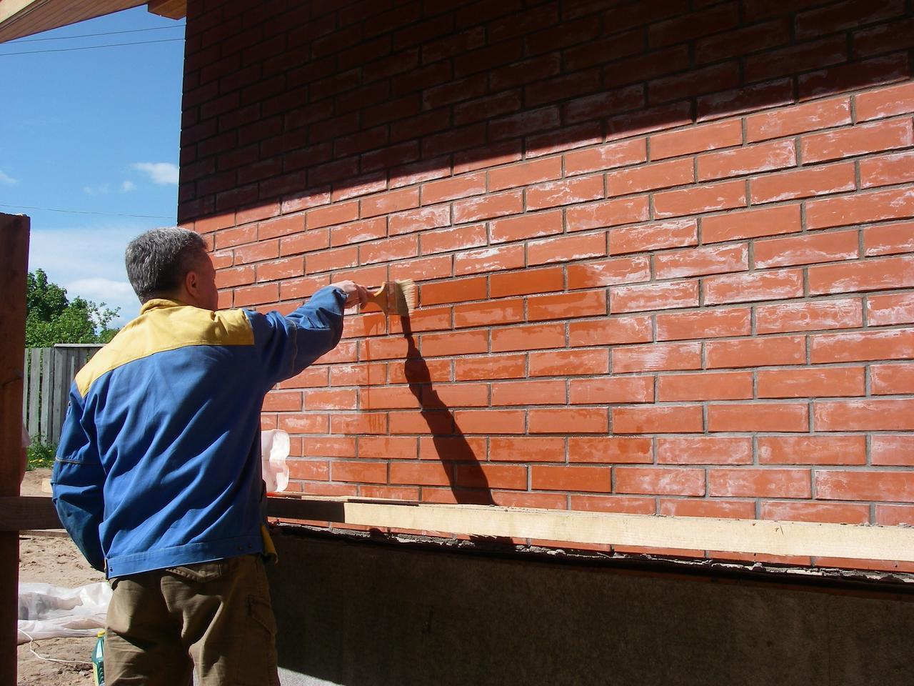Очистка фасадов зданий и заборов от солевых отложений (высолов), цементного раствора и атмосферных загрязнений