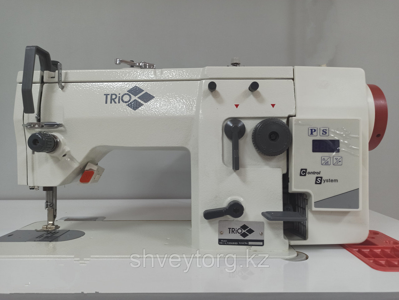 Промышленная одноигольная  швейная машина строчки ЗИГЗАГ TRIO TRI-LT20U93D