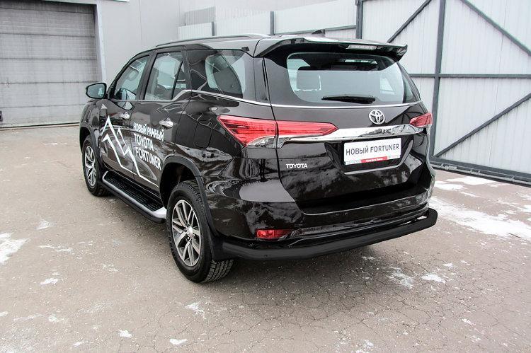 Защита заднего бампера d76 длинная черная Toyota Fortuner (2017)