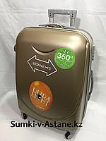 Средний пластиковый дорожный чемодан на 4-х колесах. Высота 63 см, длина 41 см, ширина 25 см,