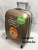 Маленький пластиковый дорожный чемодан на 4-х колесах. Высота 53 см, длина 33 см, ширина 21 см.